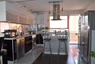 Apartament  cu 3 camere, mobilat și finisat lux, dispune de terasă și parcare